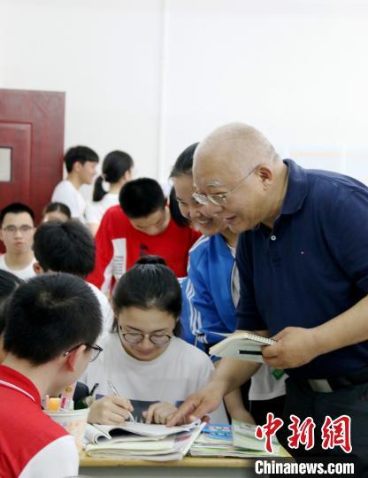 浙江杭州学军中学校长陈萍:脱贫攻坚教育须先行