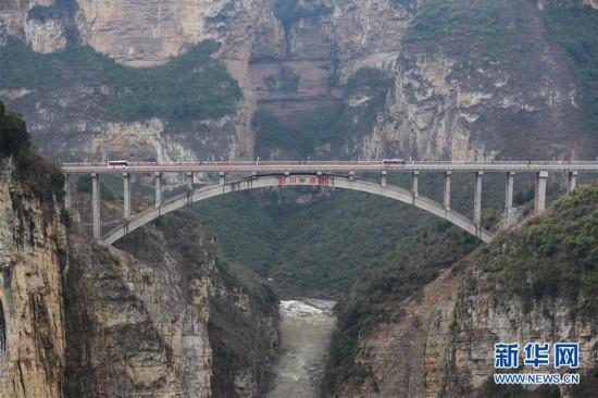 (社会)(4)鸡鸣三省大桥建成通车