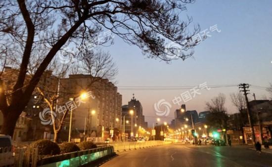 22日早朝、視界が悪く、冷え込みが厳しくなった北京(画像・王暁)。
