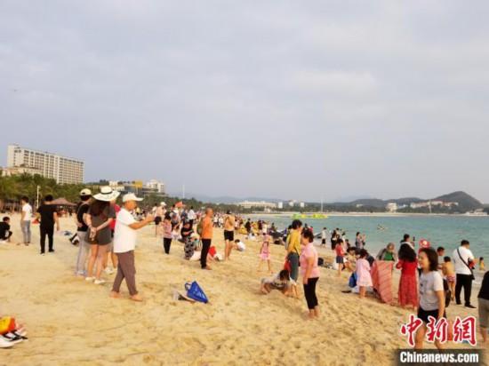 三亞大東海,游客在沙灘休憩。 王曉斌 攝