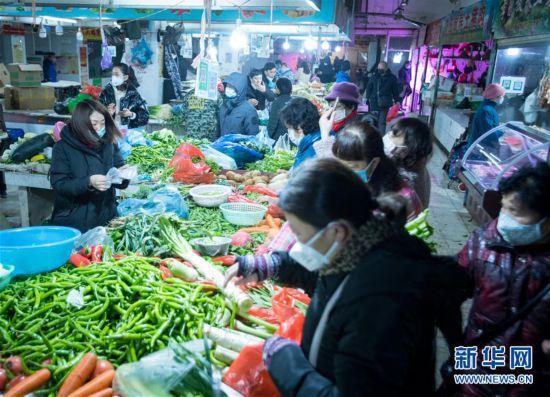 (社会)(1)武汉:市民有序购买生活用品