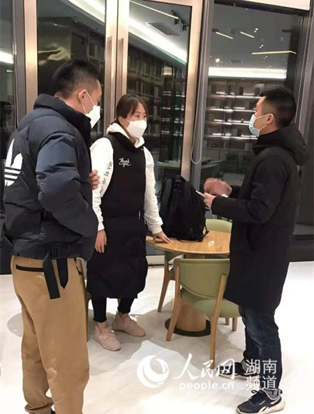 凌晨1点多,湖南省长沙市雨花区东山街道工作人员接回在外流浪的一家人。熊婷婷 摄