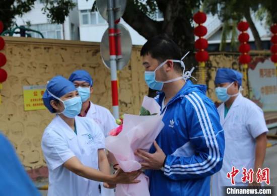 海南首例新冠肺炎治愈者出院自行走出医院隔离区
