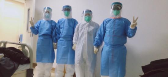 费国与武汉当地医护人员心手相连