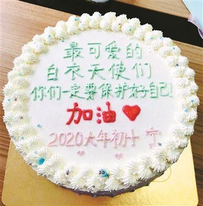 13岁女孩送来爱心蛋糕暖了白衣天