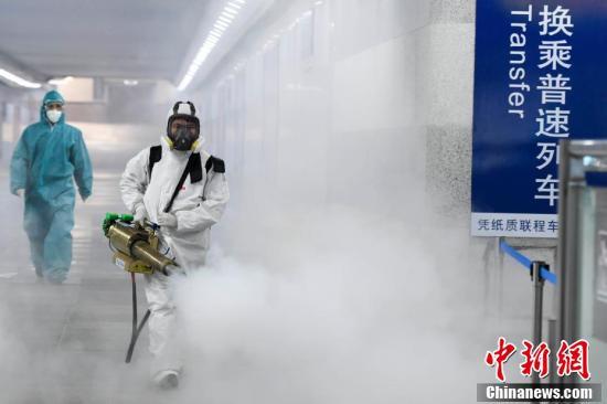 ボランティアが消毒「バズーカ砲」を手に駅構内を消毒 湖南省長沙