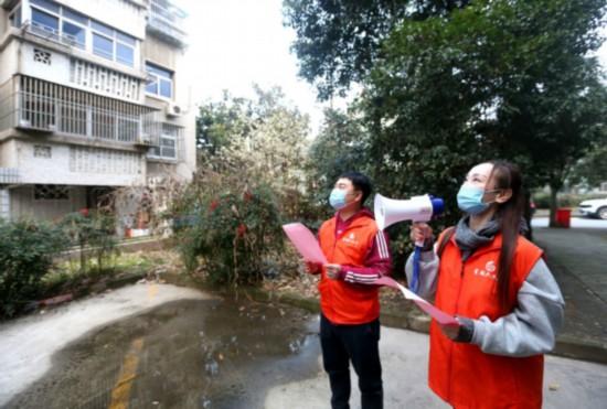 扬州市武塘社区用小喇叭宣传疫情防控 董辉 摄