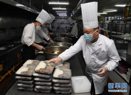 """(聚焦疫情防控)青岛:避免""""扎堆聚餐"""" 提供团餐配送"""