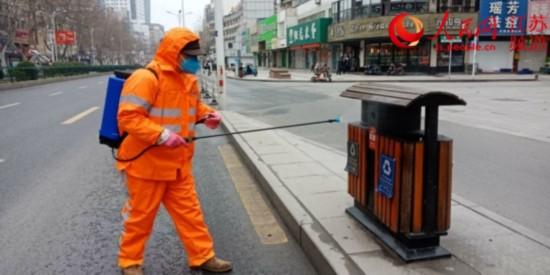 图为镇江市环卫工人对垃圾桶进行消杀。镇江市城管局供图