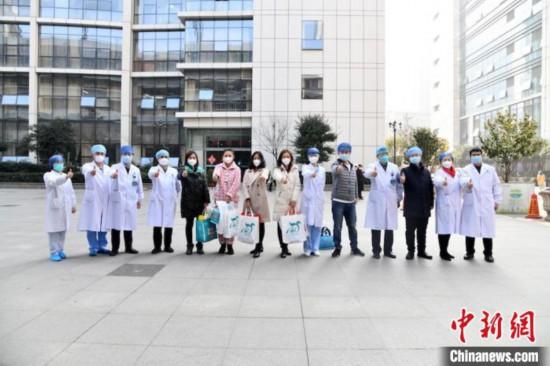 武漢市の協和病院から退院した5人の医療従事者たち(撮影・劉坤維)。