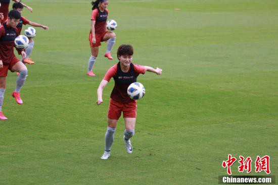 トレーニング中の女子サッカー中国代表メンバー(撮影・陶社蘭)。