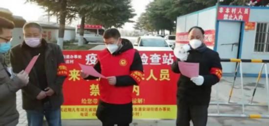 志願者街頭宣傳疫情防控知識。賈汪宣傳部供圖