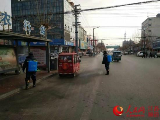 图为青湖镇工作人员在对公共场所进行消杀。青湖镇供图。