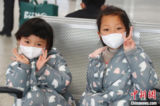 春運Uターンにみる旅客たちのマスク姿 江西省南昌