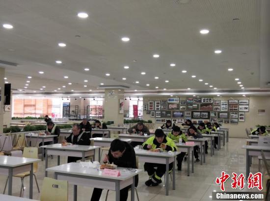 さながら大学入試試験の試験会場のような厳粛な雰囲気の社員食堂の様子(撮影・寇霊楠)。