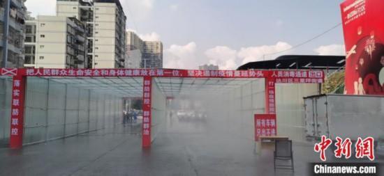 長さ30メートルのミスト消毒レーンで車両を消毒 四川省