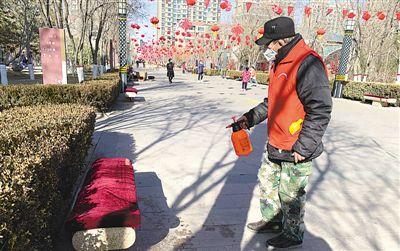 <p>  银川市金凤区上海西路馨和园社区紫云华庭小区,党员志愿者每天多频次对小区公共设施进行消毒。</p>