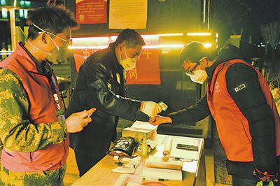 <p>  银川市金凤区黄河东路街道湖畔嘉苑社区志愿者正在交接班,他们为这个2万人社区,做好疫情防控服务工作。</p>