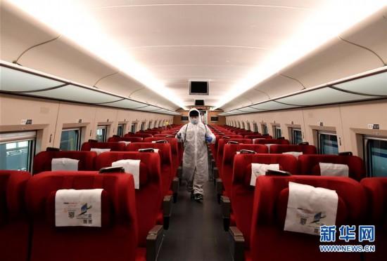 """(聚焦疫情防控・图片故事)(8)他们为高铁列车""""清肺"""""""