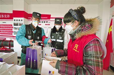 <p>  2月12日,银川市诺贝尔口腔医院的志愿者虎蕊,为辛勤奋战在贺兰山路高速收费站的一线工作人员捐赠300套爱心牙套。</p>