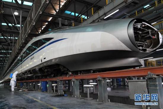 """(聚焦疫情防控・图片故事)(1)他们为高铁列车""""清肺"""""""