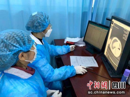 医务人员正在查看CT。