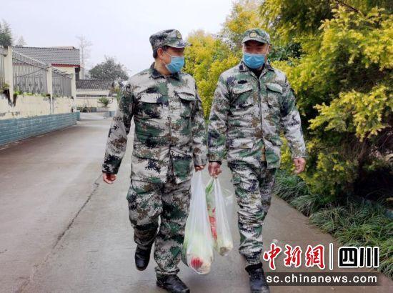 满井镇工作人员正在逐户给居家隔离户送蔬菜。