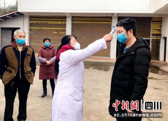 仁寿曹家镇村医生上门对居家隔离户测量体温。