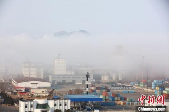 煙台の浜海に広がる移流霧の景観 山東省