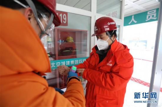 """雪中战""""疫"""":探访风雪中复工的北京建筑工地"""