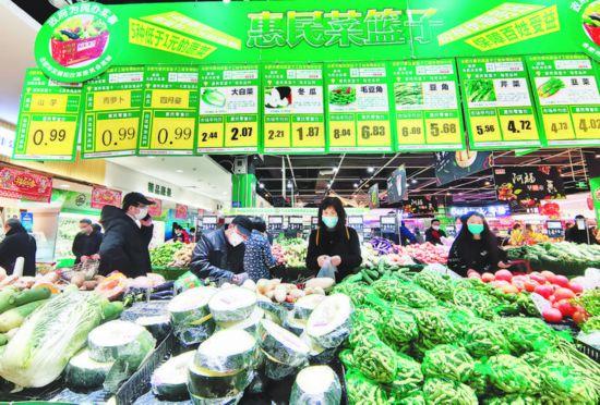 2月14日,在马鞍山路百大合家福超市,市民在选购蔬菜。