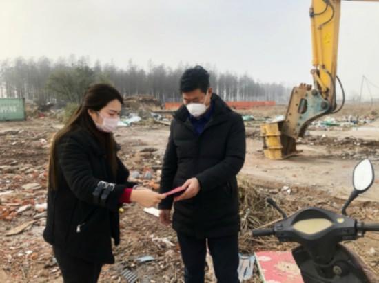 南京市棲霞區八卦洲街道東江村勞動協理員余家梅在疫情防控一線工作。受訪者供圖