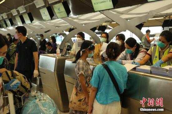 民用航空局が国の統一計画に基づいてチャーター便を派遣し、タイに足止めされた湖北省籍旅客が帰国した。(撮影:王国安)