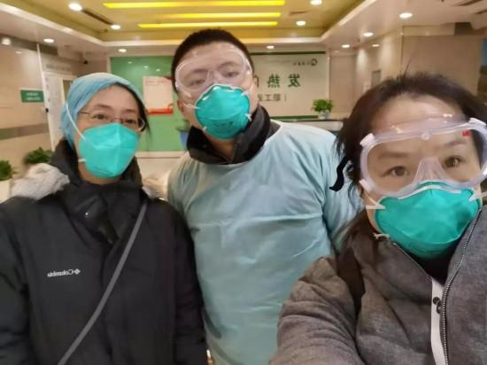 记者张竣(中)、马丽君(右)在同济医院发热门诊第一时间发出报道
