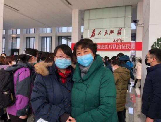 董乔菁与母亲顾泓在无锡驰援湖北医疗队出征仪式上。