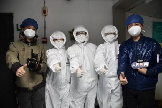 记者王宇(右一)、谢琳(左一)与武汉协和医院医护人员合影