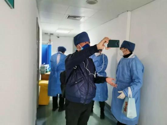 记者王宇在武汉协和医院拍摄Vlog出镜