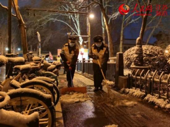 """南京城管:扫雪中坚守战""""疫""""前线"""