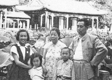 一九五二年夏,周恩来、邓颖超与周秉德、周秉宜、周秉钧在颐和园内的谐趣园。