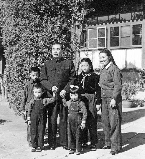 一九五六年十月,周恩来与周秉华(左起)、周秉和、周秉建、周秉宜、周秉德在西花厅院内。