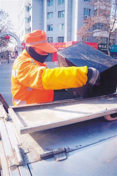 <p>  马国兵,环卫工人,全国劳模,负责银川市兴庆区凤凰街(上海路到北京路)沿路的清扫保洁任务,每天凌晨4时30分开始,一直到19时30分才能回家,从来没有休过节假日。</p>