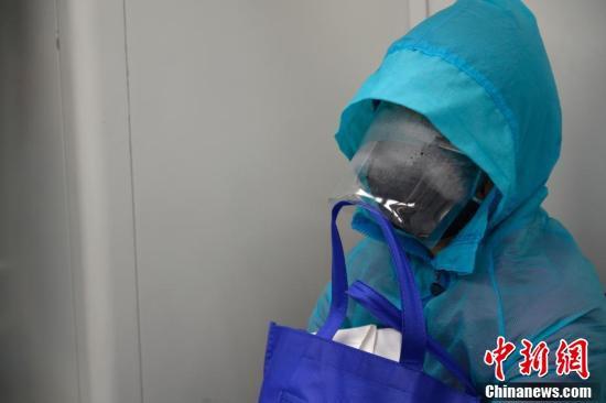 特製マスクを着用して広州地下鉄三号線の列車に乗る女性(撮影・姫東)。
