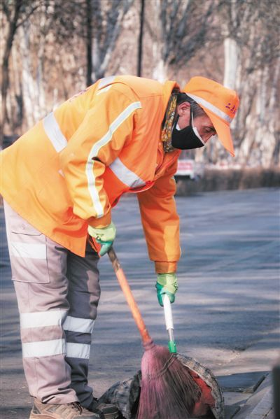 <p>  陈万义,环卫工人,全国劳模,负责银川市兴庆区民族街(上海路至贺兰山路)周边街道的清扫保洁任务。他每天从凌晨4时多开始,工作到19时以后才能回家。</p>