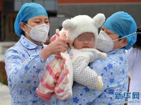 (聚焦疫情防控)(1)江西南昌:7月龄新冠肺炎患儿治愈出院