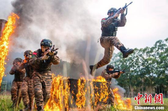 燃え盛る炎に挑む!広西武装警察特殊部隊の実戦化訓練
