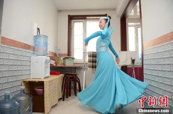 19日、携帯電話で民族舞踊の動画を撮影する郝婷婷さん。郝さんは内モンゴル自治区フフホト市玉泉区の文化芸術公演団体「烏蘭牧騎」のメンバー(撮影・劉文華)。