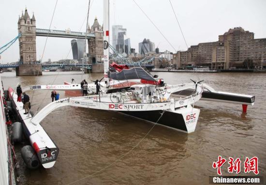 ロンドン・ブリッジ・シティ埠頭に到着したトリマランIDEC(撮影・張平)。