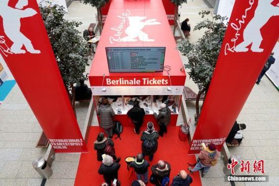ベルリン国際映画祭上映作品の鑑賞券を購入するために並ぶ観客(撮影・彭大偉)。