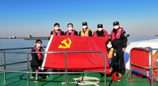 常熟海事局:让党旗在保安全保畅通一线飘扬