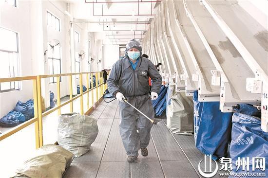 快遞企業正對快件進行消毒。